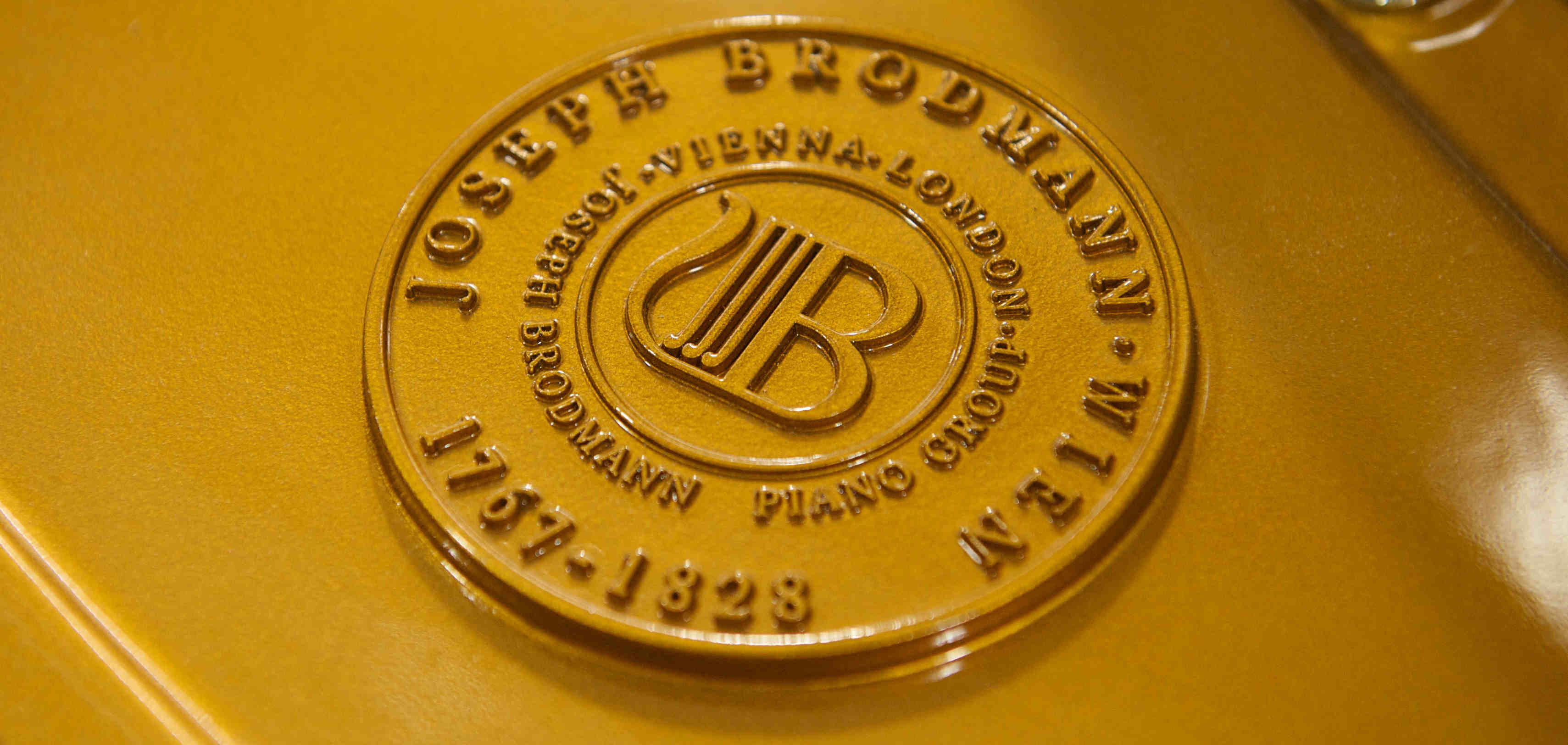 Brodmann grand piano plate with medallion